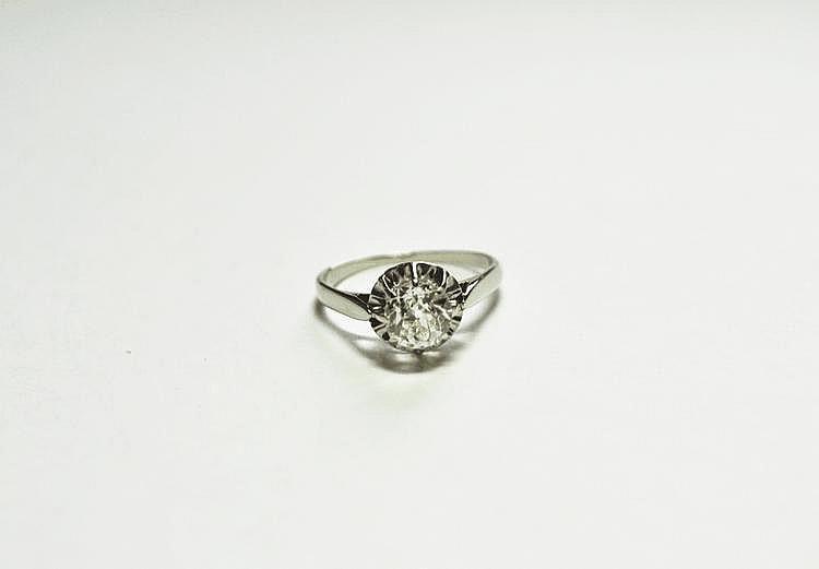 BAGUE SOLITAIRE en or gris, ornée d'un diamant de taille ancienne d'environ 0,92 carat.  Poids brut : 2,5 g TDD : 53. AC