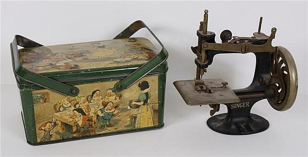 TWO CHILDREN'S ITEMS: VINTAGE SNOW WHITE LUNCHBOX AND MINIATURE SINGER SEWING MACHINE - A 1938 tin litho lunchbox (5