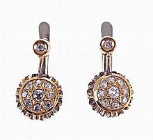 19,2 kt gold earrings set with 20 brilliant cut diamonds.(2)
