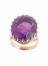 19.2 Kt yellow gold set with one 19x15 mm oval amethyst. Hallmarked.