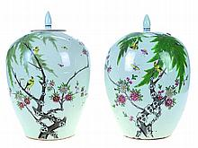 Chinese porcelain, pair of pots with covers, 19th century.