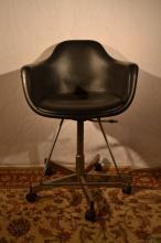 Mid century modern Krueger Metal Products vinyl and chrome draftsman stool