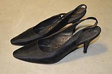 ROGER VIVIER, paire de sandales en satin noir, P38
