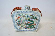 Important vase gourde à décor polychrome de dragons et de phoenix Anses en forme de salamandres en relief.  Chine, dynastie Qing (marque apocryphe d'époque Ming).  Porcelaine.  H. : 30 x 33,5 cm, profondeur 11cm