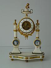 Pendule en marbre blanc et bronze ciselé et doré o