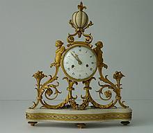 Pendule en marbre blanc et bronze ciselé et doré r