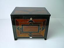 FLANDRES, ravissant petit coffre-cabinet marqueté