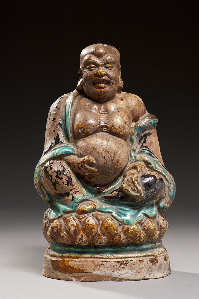 Céramique de la Chine Époque MING (1368-1644) Statuette en grès émaillé bleu turquoise et brun, Budai assis en délassement royal sur...