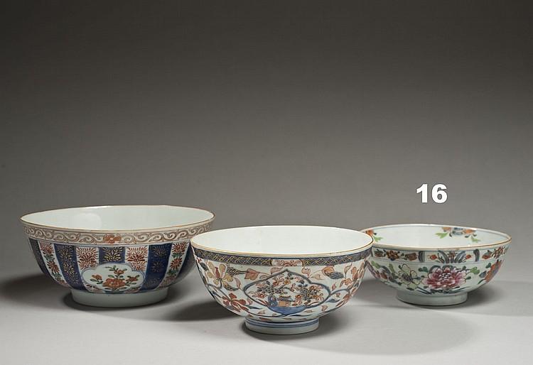 Céramique de la Chine Époque KANGXI (1662-1722) Bol en porcelaine décorée en bleu sous couverte et émaux polychromes de la famille r...