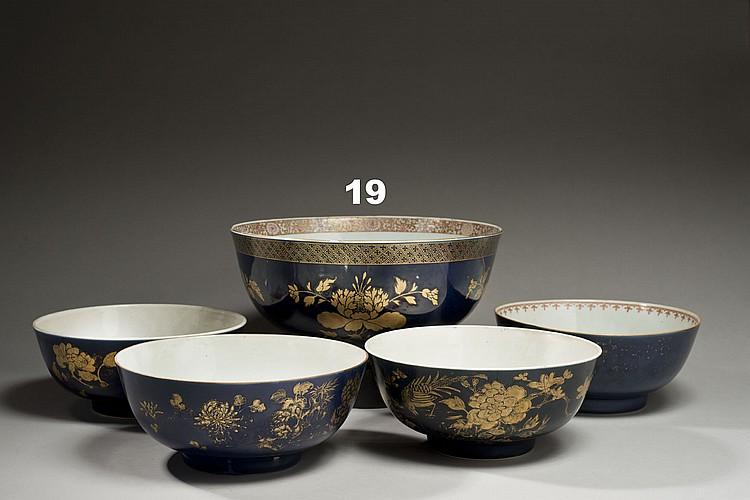 Céramique de la Chine Époque KANGXI (1662-1722) Grand bol en porcelaine émaillée bleu poudré décorée en émaux or de pivoines fleurie...