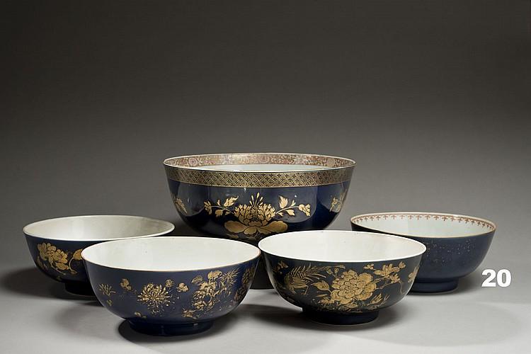 Céramique de la Chine Époque KANGXI (1662-1722) Grand bol en porcelaine émaillée bleu poudré décorée en émaux or de réserves de pivo...