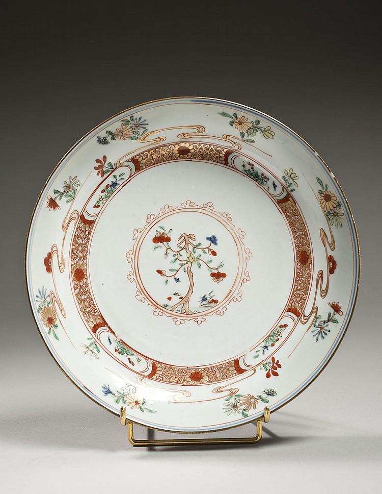 Céramique de la Chine Époque KANGXI (1662-1722) Coupe en porcelaine décorée en émaux polychromes de la famille verte d'un arbre fleu..