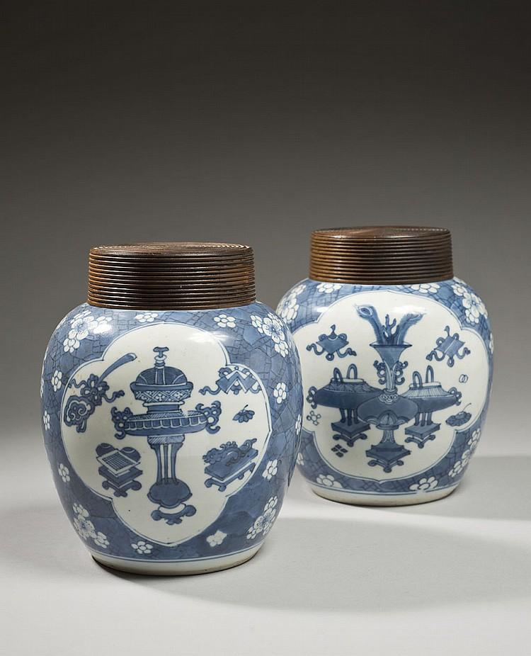 Céramique de la Chine Époque KANGXI (1662-1722) Paire de pots à gingembre en porcelaine décorée en bleu sous couverte de réserves de...