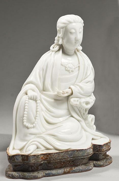 Céramique de la Chine Époque KANGXI (1662-1722) Statuette de Guanyin en porcelaine émaillée blanc de Chine assis en délassement roya...