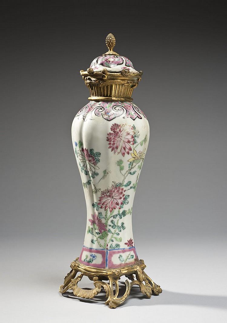 Céramique de la Chine Époque QIANLONG (1736-1795) Potiche couverte en porcelaine décorée en émaux polychromes de la famille rose de ...