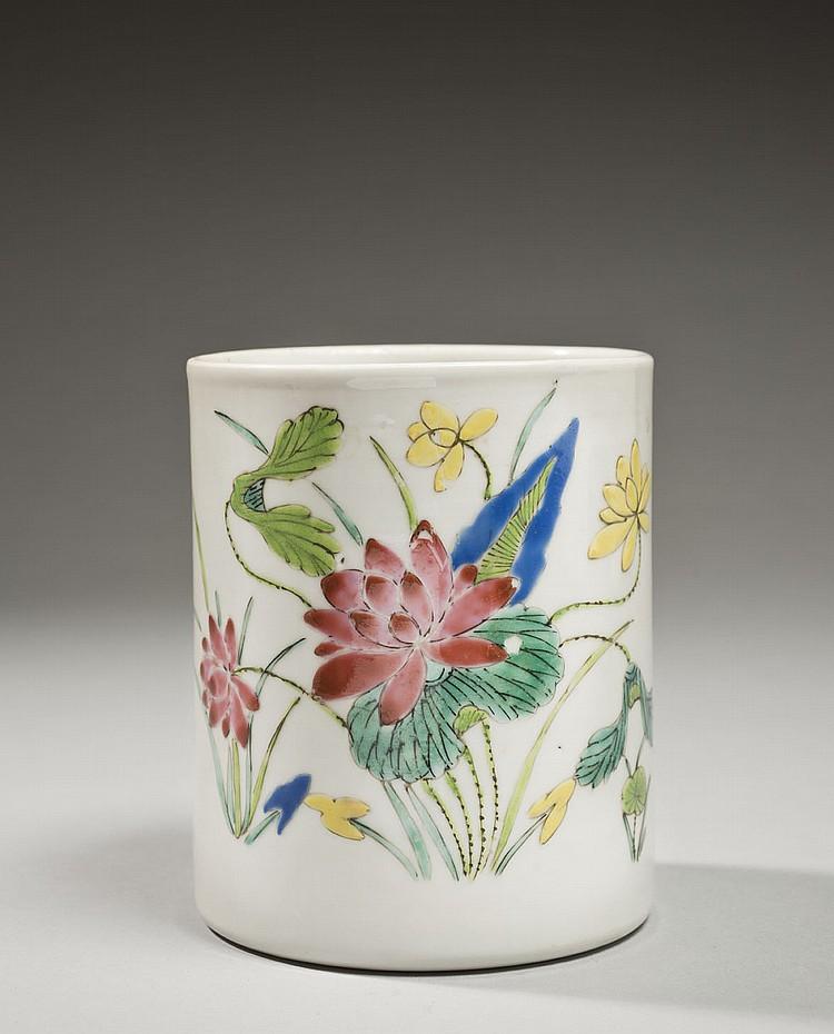 Céramique de la Chine Époque QIANLONG (1736-1795) Porte-pinceaux en porcelaine décorée en émaux polychromes de la famille rose de lo...