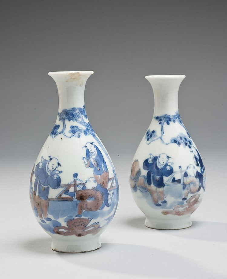 Céramique de la Chine Époque XIXe siècle Paire de petits vases en porcelaine décorée en bleu et rouge sous couverte d'enfants jouant..