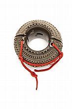 BRACELET YEMEN Bracelet bombé en métal couleur argent Yemen, XXe siècle Dimensions: Diam