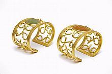 Christian Astuguevieille (né en 1946) PAIRE DE MANCHETTES EN LAITON Médaillons de résine Collection boutique Nina Ricci Création Chr...