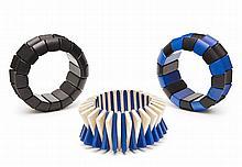 ENSEMBLE DE 3 BRACELETS EN BOIS Bracelets en bois sur élastique: bracelet noir, bracelet bleu et noir, bracelet bleu et naturel Dime...