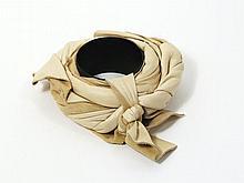 Christian Astuguevieille (né en 1946) BRACELET MÉTAL ET DRAPÉ DE CUIR Bracelet en métal laqué noir, drapé de cuir beige Création pou...