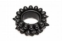 Christian Astuguevieille (né en 1946) BRACELET NOIR PERLES ET CÔNES DE COTON Bracelet en bois recouvert de boules et de cônes de cot...