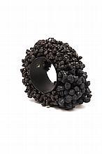 Christian Astuguevieille (né en 1946) BRACELET « COEUR DE PAVOT »  Bracelet en métal laqué noir, recouvert de deux tailles de pistil...