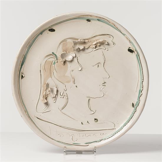 Lucio Fontana (1899-1968) Profilféminin, 1952 Céramique émaillée Signée et datée Pièce unique Ø 47 cm Cette œuvre est en...