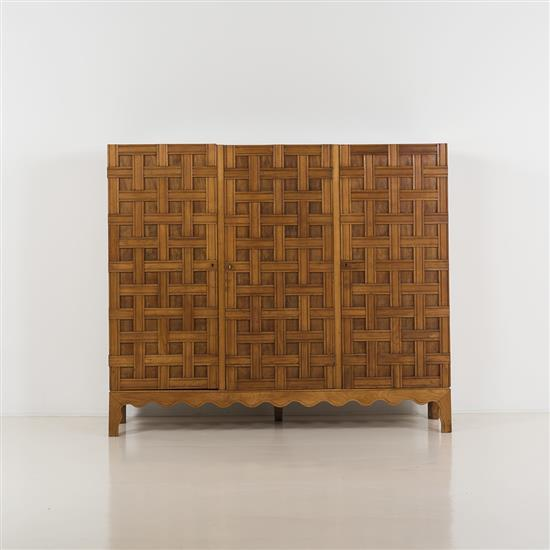 Paolo Buffa (1903 -1970) Cabinet Noyer; verre miroitant, lucite Date de création : vers 1940 H: 152