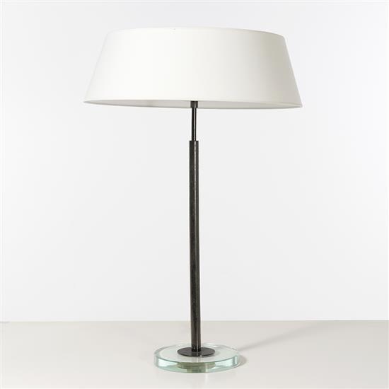 Fontana Arte Lampe de table Verre et laiton Edition Fontana Arte Date de création : vers 1938 H 84 × Ø 22 (base) 55 (abat-jour) cm B...