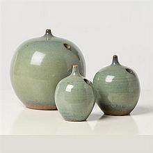 Antonio Lampecco (né en 1932) Ensemble de trois vases Céramique émaillée Date de création : vers 1980 H 16 × Ø 14 cm H 11...