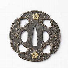 JAPON - Début époque EDO (1603 - 1868) Aori gata en fer incrusté de laiton de fleurs de pruniers dans leurs rinceaux. Non signée