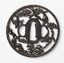 JAPON - Début époque EDO (1603 - 1868) Maru gata en fer décoré en maru bori et incrusté de cuivre doré d'oiseaux volant parmi les pi..