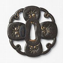 JAPON - Début époque EDO (1603 - 1868) Kawari gata en fer à décor ajouré en maru bori et incrusté de cuivre doré de quatre pétal...
