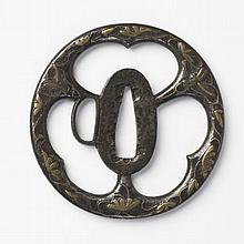 JAPON - Début époque EDO (1603 - 1868) Maru gata en fer ajouré en kage sukashi de trois fleurs d'aoï stylisées et incrusté de laiton..