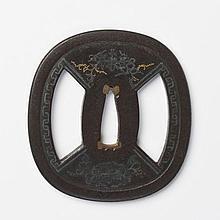 JAPON - Début époque EDO (1603 - 1868) Nadegaku gata en fer ajouré en kage sukashi de deux éventails et incrusté de shibuichi et cui...