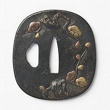 JAPON - Époque EDO (1603 - 1868) Nadegaku gata en fer à décor incrusté en hira zogan de laiton et de cuivre d'une branche de prunier..