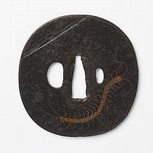 JAPON - Époque EDO (1603 - 1868) XVIIIe siècle Nadegaku gata en fer incrusté en nunome zogan de cuivre d'un centipède (scolope...