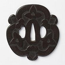 JAPON - Fin époque EDO (1603 - 1868) Kawari gata en fer à décor de trois pétales de fleurs stylisées ornées de motifs d'aoï. N...