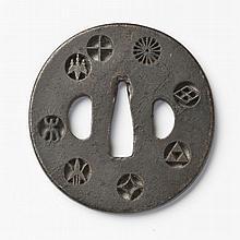 JAPON - Fin époque EDO (1603 - 1868) Maru gata en fer à décor ajouré en kage-sukashi de huit môn