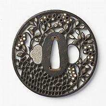 JAPON - Époque EDO (1603 - 1868) XVIIIe siècle Maru gata en fer ajouré en yo-sukashi et incrusté d'ivoire et nacre de fagots