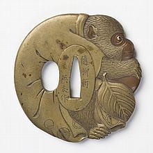 JAPON - Fin XIXe siècle Kawari gata en sentoku et suaka en forme de singe tenant un kaki, les yeux incrustés de cuivre doré