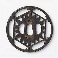 JAPON - Début Époque EDO (1603 - 1868) Maru gata en fer ajouré de fleur stylisée dans un hexagone dont les extrémités sont ornées de...