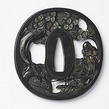 JAPON - Fin époque EDO (1603 - 1868) Nagamaru gata en shakudo à décor en maru bori et incrusté de cuivre doré de Ryosho assis sous l...