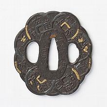 JAPON - Époque EDO (1603 - 1868) XVIIIe siècle Kawari gata en fer et incrusté de cuivre doré et sari en forme de ligature de sapèque