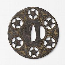 JAPON - Fin époque MOMOYAMA (1573 - 1603) Maru gata en fer ajouré de môn et incrusté de laiton