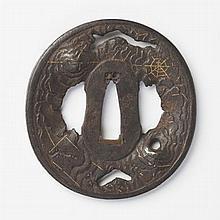 JAPON - Fin époque EDO (1603 - 1868) Nagamaru gata en fer ajouré et ciselé en taka bori et incrusté de fils de cuivre d'une toile d'.