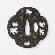 JAPON - Début époque EDO (1603 - 1868) Mokko gata en fer incrusté en nunome zogan de laiton de fleurs stylisées et ajouré en kage su...