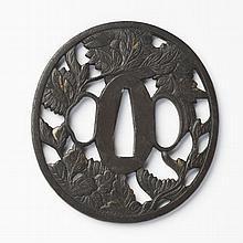 JAPON - Fin époque EDO (1603 - 1868) Nagamaru gata en fer ajouré en yo-sukashi de chrysanthèmes et incrusté de cuivre doré