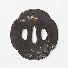 JAPON - Fin époque EDO (1603 - 1868) Mokko gata en fer incrusté en hira zogan de cuivre doré d'un immortel dans une barque adm...